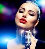 18098415-Певица-девушку-с-ретро-Стиль-vintage-микрофона